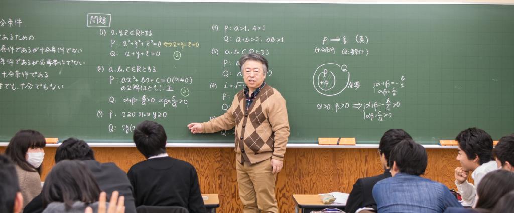 考和塾の大教室で講義する中村幸造塾長