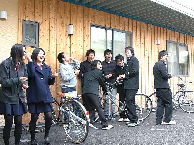 第二教室前で談笑する塾生